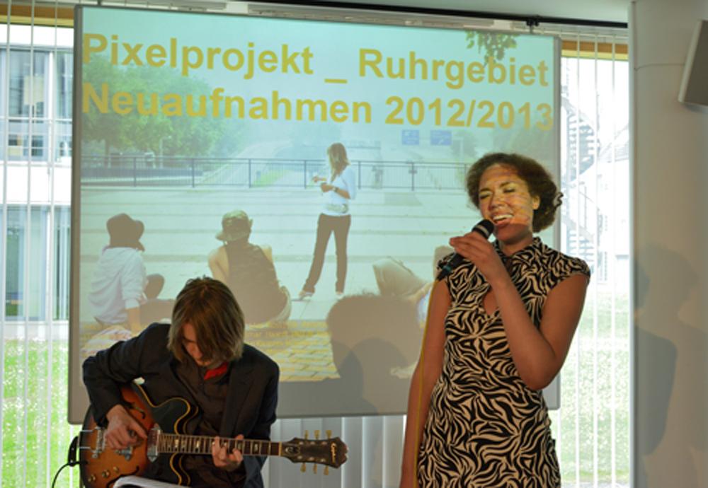 Johanna Schneider (Gesang) und Alexander Badiarov (Gitarre)