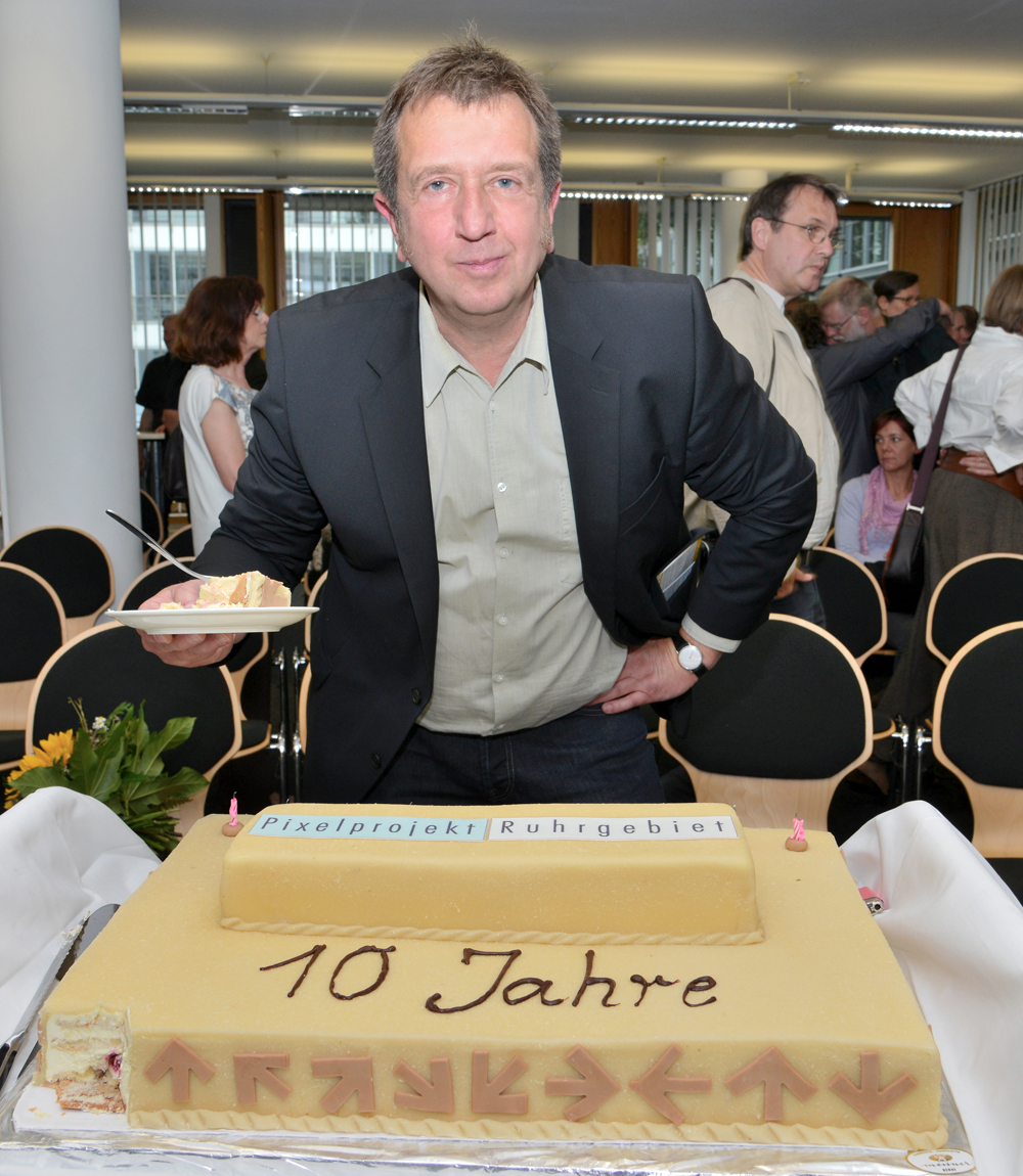 Peter Liedtke mit Geburtstagstorte