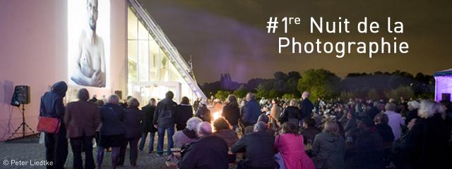 Bild: Publikum vor dem Wissenschaftspark Gelsenkirchen bei der Nacht der Fotografie 2013.