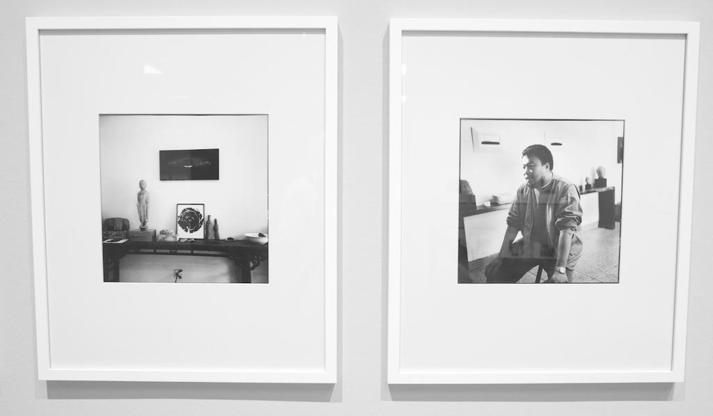Bild: Ai Weiwei in seinem Atelier, Peking 1995. Ausstellungsfoto: Hartmut S. Bühler