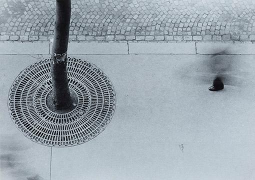 Bild: Ein-Fuß-Gänger, 1950 Bromsilbergelatine, Langzeitbelichtung, Leica 9 cm Silver bromide gelatin, Leica 9 cm © Nachlass Otto Steinert, Museum Folkwang, Essen