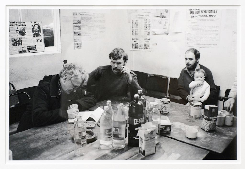 Ein Vertreter der Gewerkschaft NUM zahlt geringe Beträge an streikende Bergleute aus, deren Familien in Notlage geraten sind. Cynheidre Collerie, Llanelli, South Wales 1984