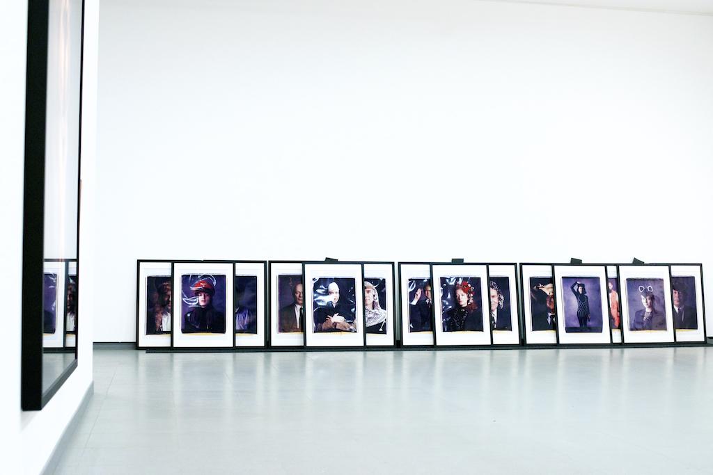 Bild: Größere Anzahl großformatiger Polaroids von Horst Wackerbarth, die aufgereiht an der Ausstellungswand lehnen. Hartmut Bühler