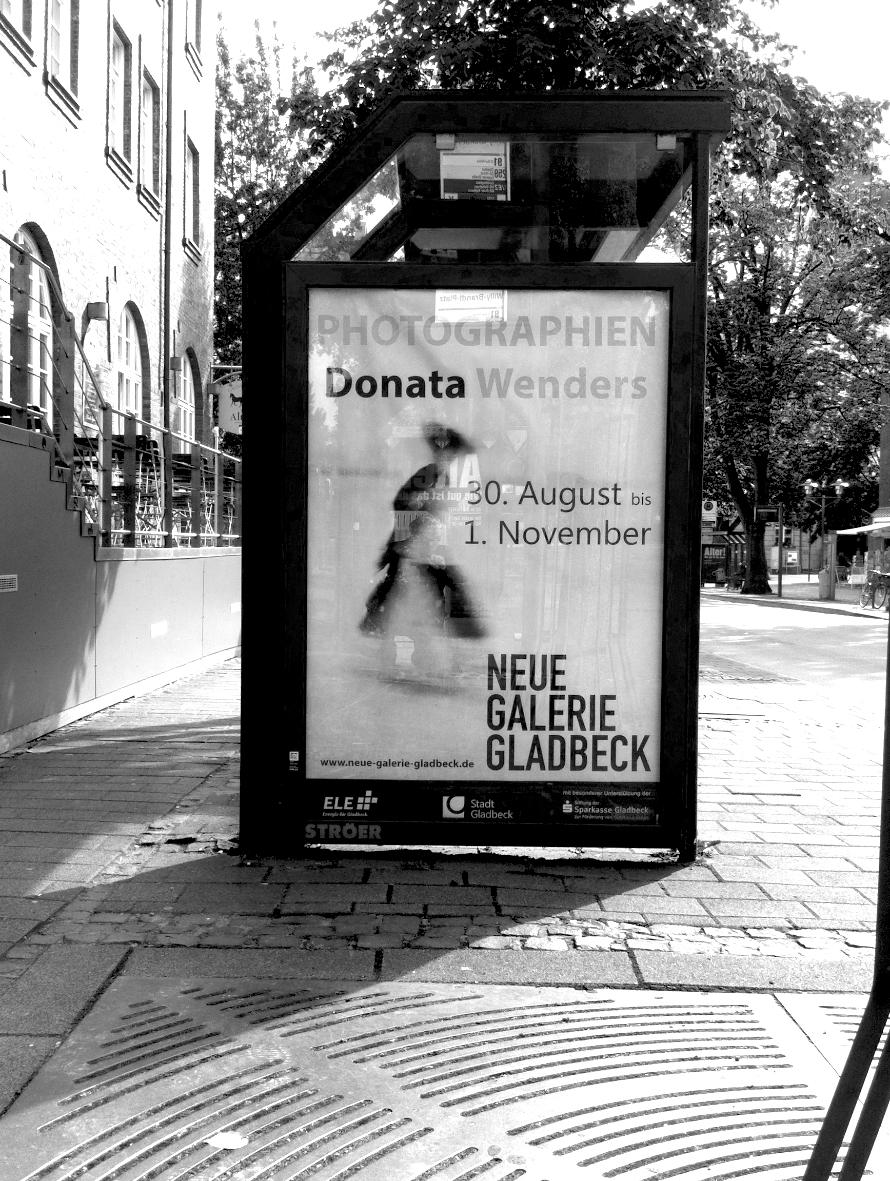 Straße mit Plakatwerbung vor dem Ausstellungsraum. Foto: Harmut Bühler
