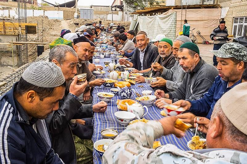 Sie bauen ihre Moschee in Andijan in Usbekistan beim Mittagstisch. Foto: Eckhard Gollnow