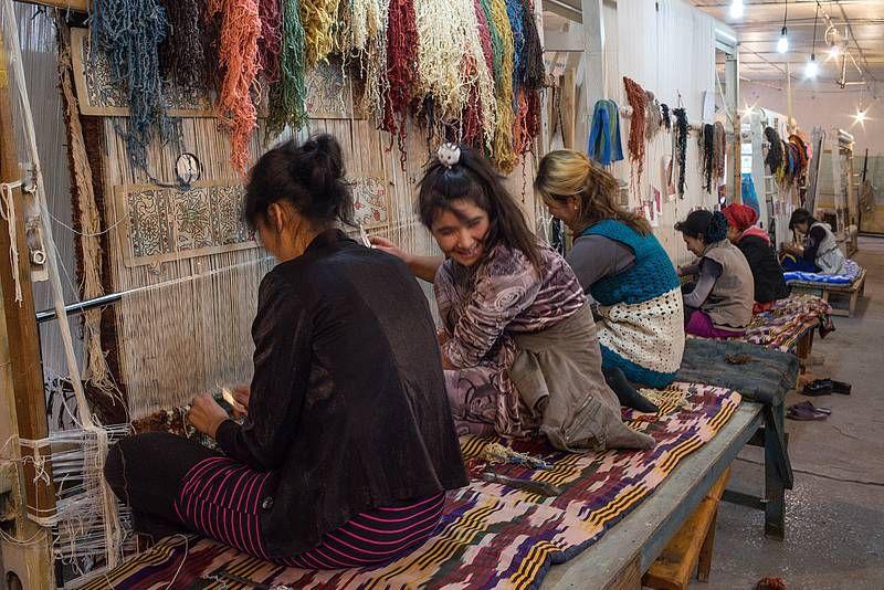 Teppichknüpferinnen in Usbekistan. Foto: Eckhard Gollnow